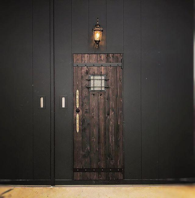 なんだかんだで、店の改造もちょっとちょっと進んでいます。メイン入り口!できた!けど、今まで以上に入りずらッ!🥴扉の横に看板つけたら表はとりあえずOKかな! ドア上のランプが点灯中は、営業です♫笑Open/ Close の表示もそのうち付けます♫笑っお気軽にお入りくださいませ♫笑🥴#coboo #factory