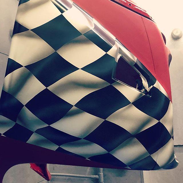 チェッカーゆらゆら〜こちらと極秘ヘルメットをGW前に♫チェッカーの大きさバランスは今回も成田サイズで!笑 エアブラシは、光と影#redmotorcycle @fm.kun 赤ヘビエディションタグ#coboo #custompaint #performancebagger #clubstyle #hogg #bagger #customharley #harleydavidson #airbrush