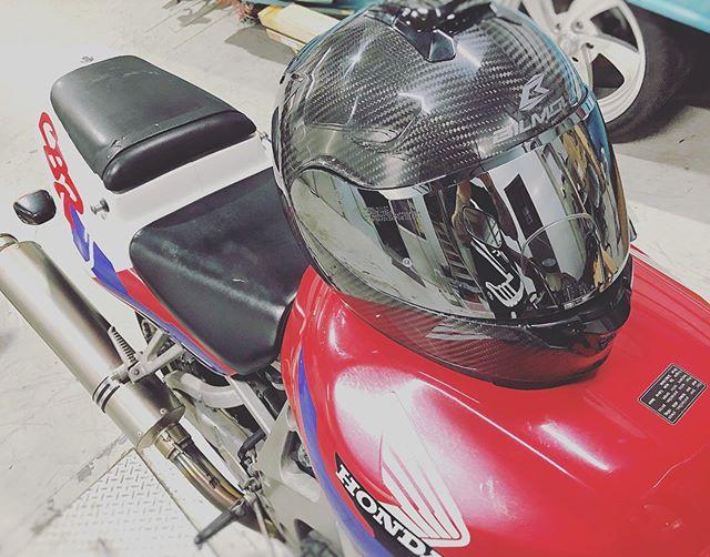 カーボンヘルメット入荷を計った様に #oldschoolbike 到着♫ やっぱこの辺りの年代はココロ踊る♫🕴🏼😎🤘🏼そして、カーボンヘルメットお気に入り頂き購入♫Thanks🤘🏼😎 @mfdnagoya_suzuki #cbr900rr #cbr900rrfireblade #gsxr1100 #honda #suzuki #supersportsbikes #coboo #redmotorcycle #4発