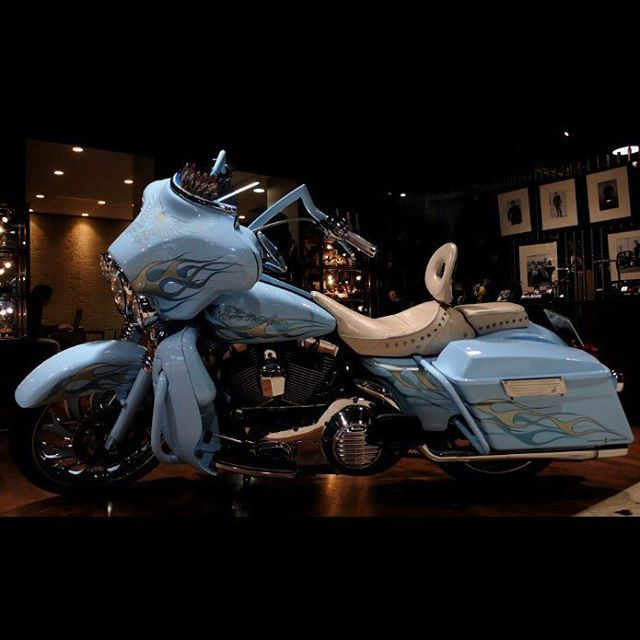 COBOO気まぐれアーカイブ♫多分2005年〜2010の間くらいの一コマ(過去Blogより)この1台(ライトブルーのHX)から始まった気がするな〜僕らのツーリングモデルカスタム♫#toyota2000gt がCOBOOのブースで展示した事もあったな〜(今考えるとスゲ〜車だな...あの時、自走で会場入りしてたもんな...笑)Badboyがスポンサーで @showtalowbmx  イベントもやったな〜♫アメリカでの一コマやCOBOOどら焼き。🥳そんでもって、モノクロは、祖父です...笑ったまに、こういうのやります♫笑#coboo #coboostudio #harleydavidson #2000gt #corepit #losangels #la #陸王  #azzurremotoring #piaggiociao