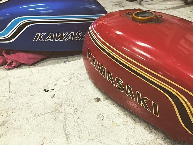 ●画像1:レアなお仕事入庫♫ かっこいいな〜 #kawasakimach #マッハ 昔のデザインはかっこいいな〜 バッチリ塗らせて頂きます!●画像2: #cvo マッチカラーのツアーパック♫ 素敵に仕上げ作業進めております♫#HarleyDavidson #kawasaki #custompaint #coboo
