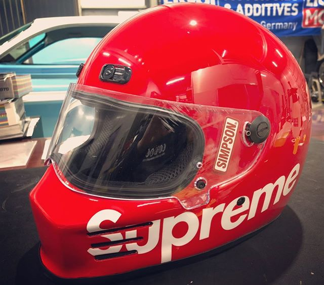 #supremehelmet !!!@supremenewyork x @simpson_motorcycle_helmets の限定と思われるコラボヘルメット!お客様の大切なアイテムのキズ補修を担当♫ 文字等のオフィシャルものはそのままに、傷の部分を上手く治さなければなりません♫ いっその事こと全部塗り替えた方が勿論簡単ですが、このヘルメットの価値も踏まえ慎重に補修させて頂きました!ありがとうございました#supremehelmet #supreme #simpsonhelmets #coboo #custompaint #motorcyclehelmet