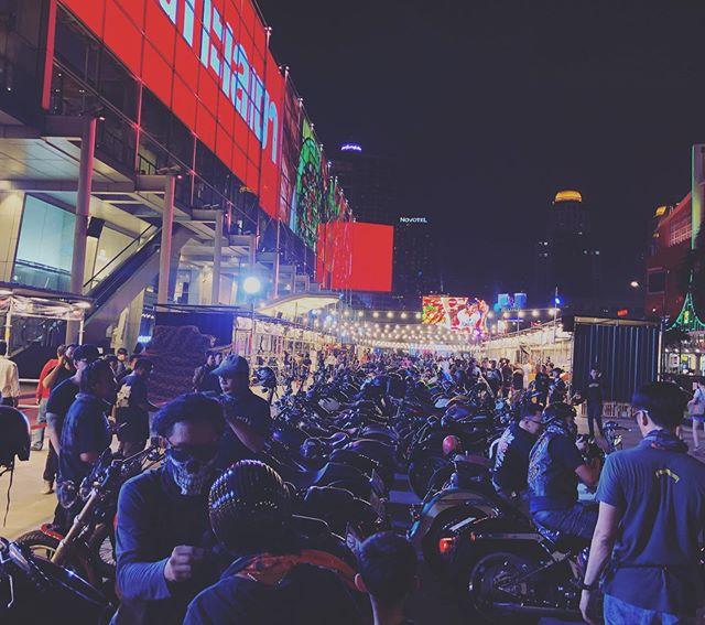 3日目!華の金曜日!流石に来場者バイク、パンパン! 以前購入してくれたCOBOO Tを着て来てくれた方ともパシャリ♫ 嬉しいね〜♫イベントは夜22:00まで!これから更に盛り上がりますよ〜♫#bangkokmotorbikefestival #bmf2020 #coboo