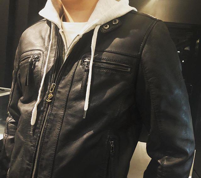 #unitedblockcustoms のFull Order!ありがとうございます♫ そして、シープレザーの RIDEZ leather JK COBOO Edition!もお買い上げ! @ridez_outfitters_official バイク乗り向けに作られた柔らかく着心地の良いシープレザージャケット!こちらは店頭のみでまだまだ販売中♫ #ridez #leatherjacket #bikerjacket #coboo