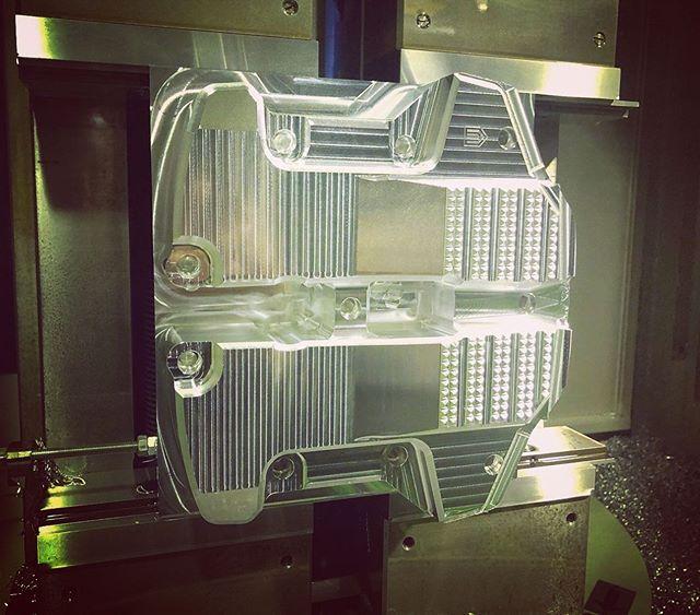 """やっぱイケてる乗りものには、ビレットだよなぁ〜今も昔も変わらずカッコええなぁ〜♫#Repost @unitedblockcustoms with @get_repost・・・Our parts are made from aluminum alloy.  It focuses on lightweight, strength, design, accuracy, etc.  We produce high quality gem every day.我々のパーツは、その哲学的に生み出された意匠デザインの表情に加え、完全なるアルミ合金の塊りから削り出す「ビレット」に、そのこだわりと技術力を集結させて商品を製造しています。鋳造や鍛造といった工程と異なり、密度の濃いアルミ合金から1つ1つ削っていくものです。これは、""""軽量、強度、デザイン、精度などの多様な側面からみても、単なるアクセサリーを超越する機能と美しさをそなえた上質な逸品""""を目指し、日々製造しています。取り付けて頂く1台1台に、そんな想いを込めて#unitedblockcustoms #billetparts #harleydavidson"""